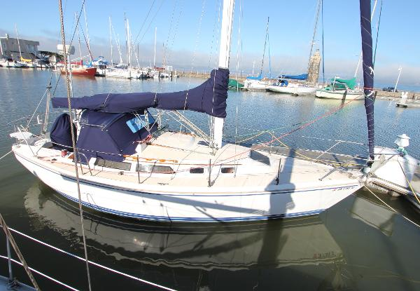 Catalina   30 MKII sloop At dock