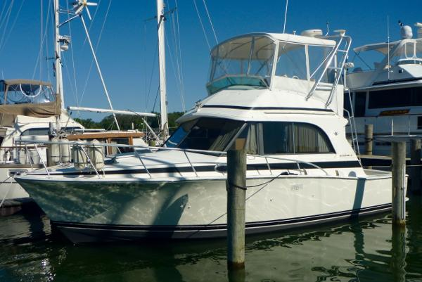 Bertram 33 Flybridge Cruiser Profile