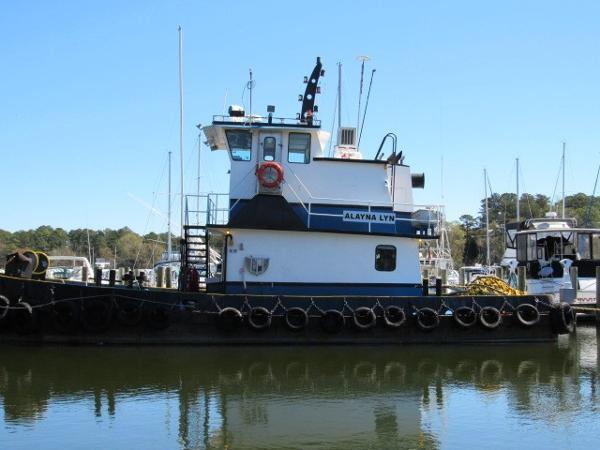 Tugboat lugger model bow