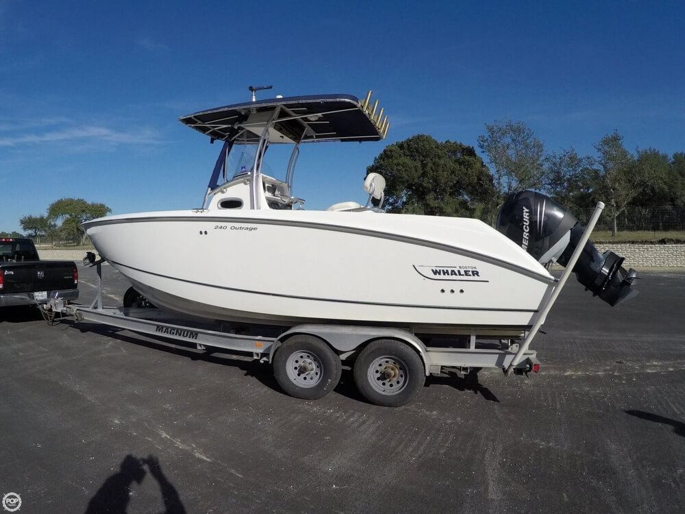 Boston Whaler 240 Outrage 2004 Boston Whaler 23 for sale in Boerne, TX