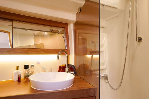 Hanse 415 Shower
