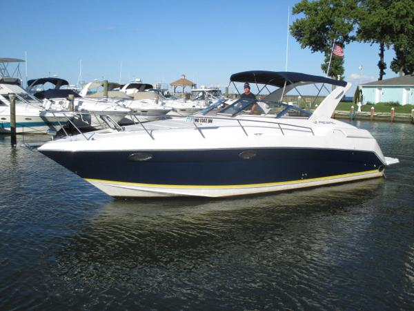 Regal 3260 Commodore Port Bow