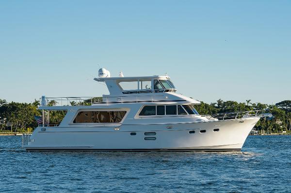 Hampton Endurance 640 Skylounge Starboard Profile