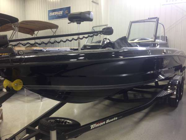 TRITON BOATS 216 Fishunter