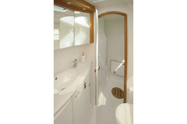 Lagoon Cat 440 - Owners Bathroom