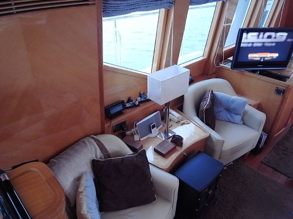 Additional seating starboardside saloon