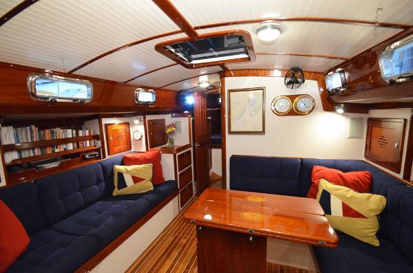 Morris Yachts 42 salon