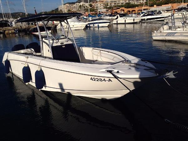 Boston Whaler 270 Outrage Moored up