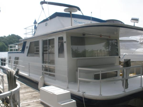 Gibson 44 Houseboat In the slip
