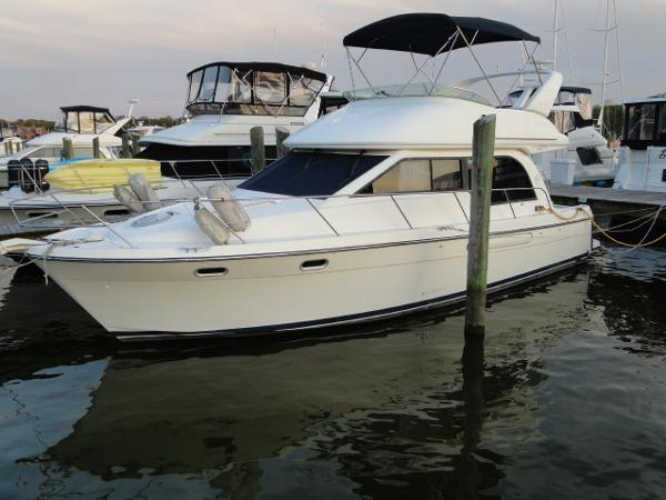Bayliner 3788 Motor Yacht Port bow