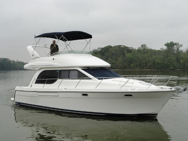 Bayliner 3788 Motor Yacht Starboard profile