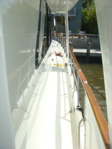 60' DeFever starboard side deck photo2