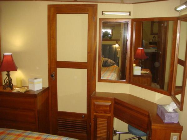 60' DeFever VIP guest stateroom starboard