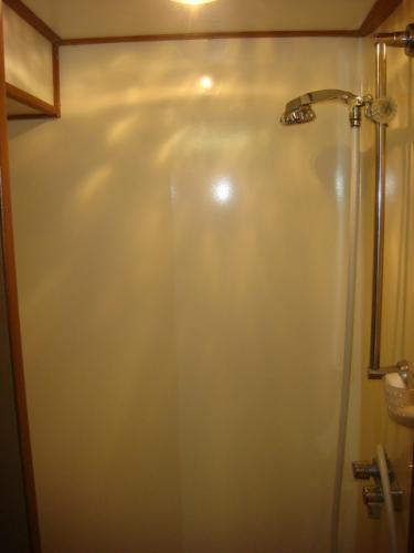 60' DeFever VIP guest stateroom shower