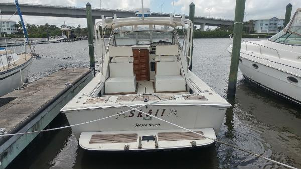 Boston Whaler 27 Full Cabin Stern
