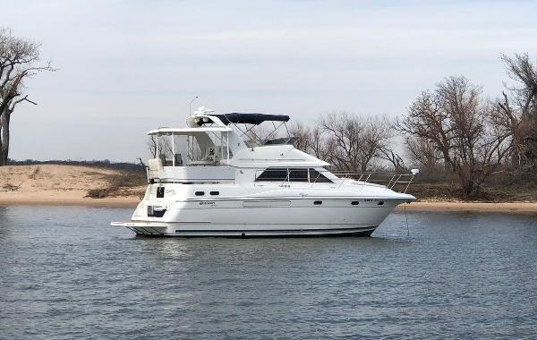 Cruisers Yachts 3650 Motoryacht Stb. Profile