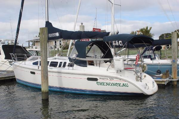 Hunter 336 Port view