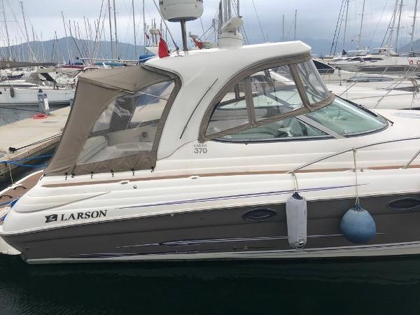 Larson Cabrio 370 Mid Cabin