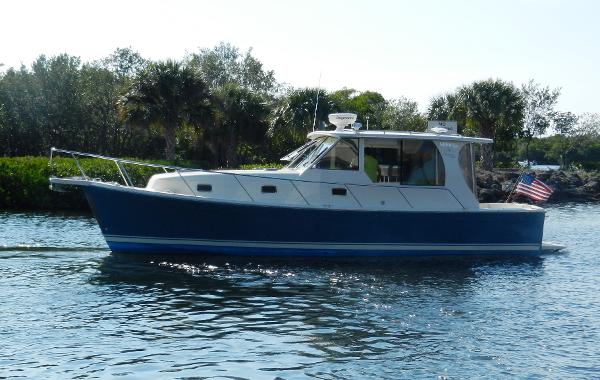 Mainship Pilot 34 Sedan On the water