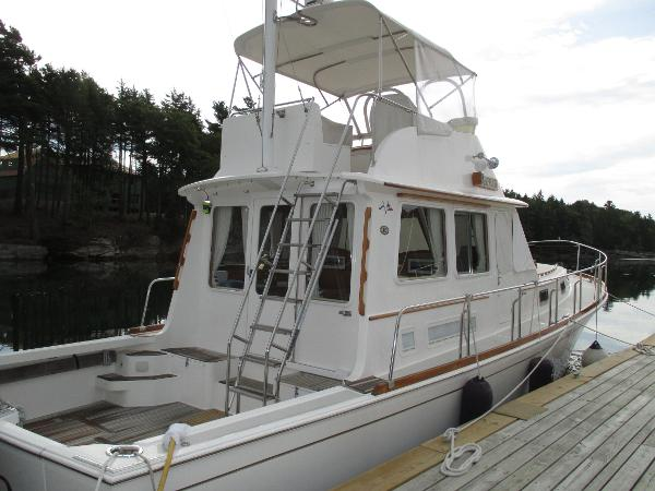 Grand Banks Eastbay 43 Flybridge Sedan