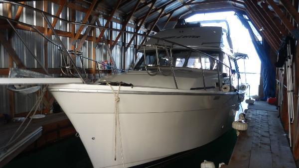 Bayliner 3218 Motoryacht In her boat house