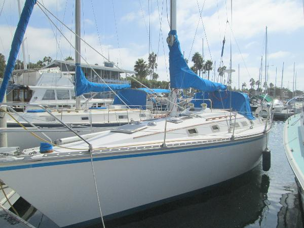 Hunter 34 port side while berthed