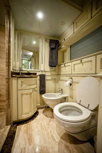 M/Y DESTINY: VIP Bathroom