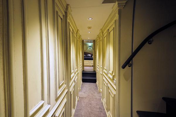 M/Y DESTINY: Corridor