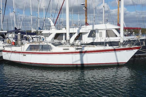 Freedom 39 Deck Saloon Pilothouse