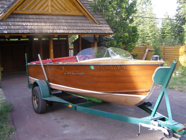 Chris-Craft CLASSIC MAHOGANY RUNABOUT Stb Bow & Trailer