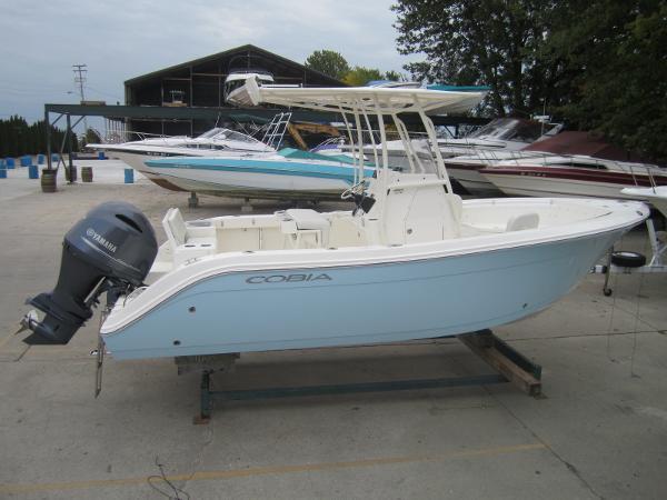 Cobia Boats 220 Center Console