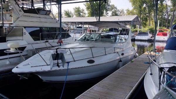 Cruisers Yachts 3075 In water view