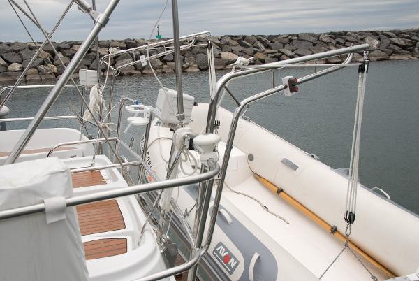 Dinghy davits for ease of dinghy handling