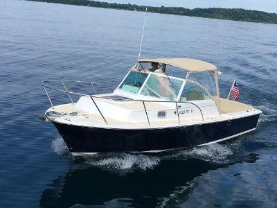 Hunt Yachts Surfhunter In water
