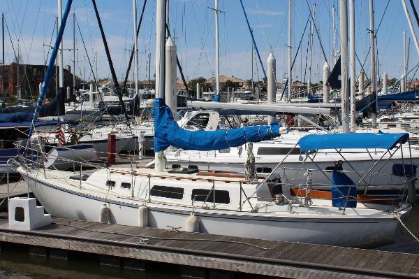 CAL 34 Port exterior