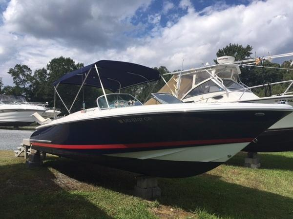 Chris-Craft Launch 25 Starboard Bow