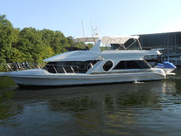Bluewater Yachts 5200 LE Custom Profile