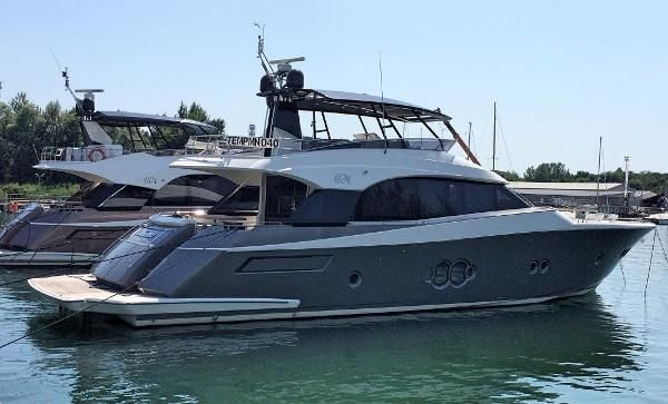 Monte Carlo Yachts MCY 76 Moored up