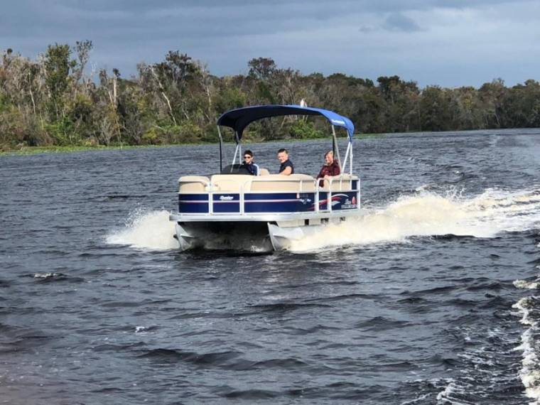 Suntracker 18 DLX party barge
