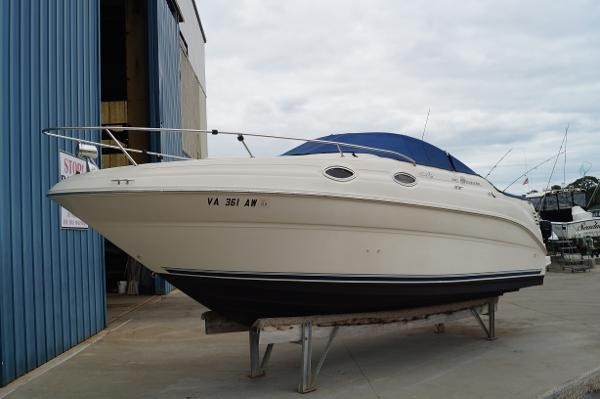 Sea Ray 240 Sundancer 2000 SEA RAY 240 SUNDANCER OUT OF WATER PROFILE