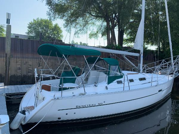 Beneteau 323 2005 Beneteau 323 - Docked