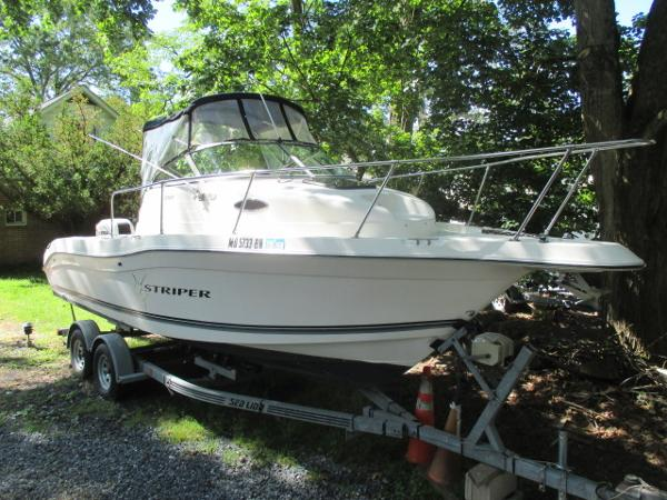 Seaswirl Striper 2300 WA Starboard Bow