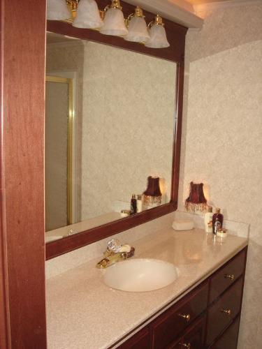 Fantasy 100 Guest Sink / Vanity