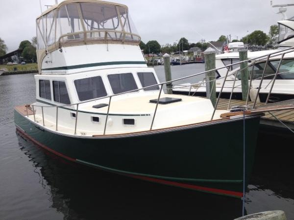 Duffy 35 Flybridge Cruiser Bow View