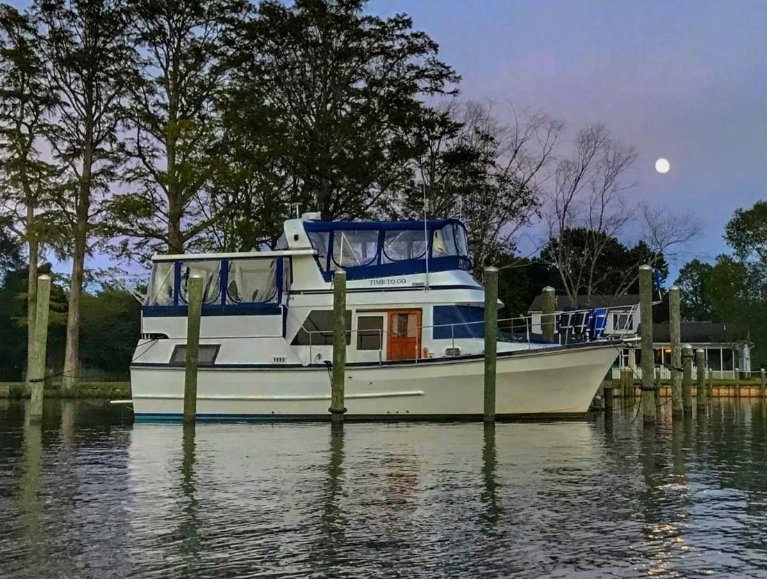 Marine Trader Tradewinds Sundeck 38' Marine Trader starboard profile