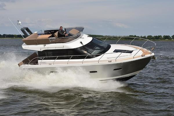 Sealine F380 Sealine F380 running shot