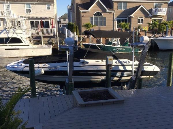 Larson Escape 254 Deck Boat