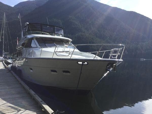 Bayliner 5788 Pilot House Motoryacht Starboard bow.