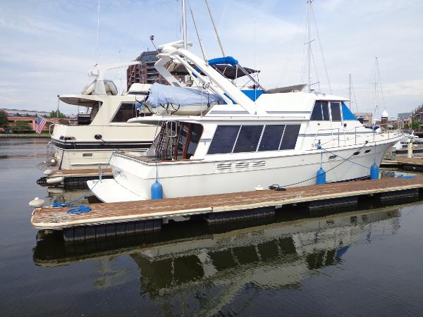 Bayliner 4588 Pilothouse Starboard side view