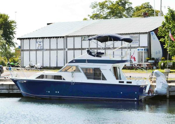 Fairline 32 FlyBridge Sedan At the Dock
